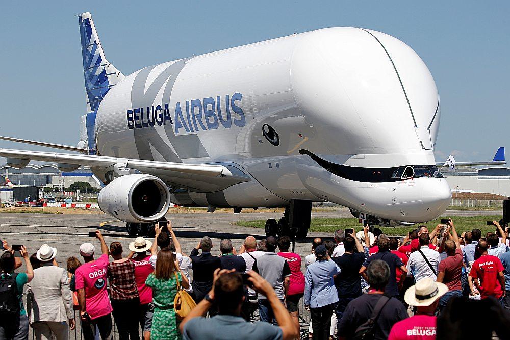 """""""Beluga"""" neparastā kravas """"burbuļtilpne"""" ļauj lidmašīnai pārvadāt vairāk nekā tas būtu iespējams ar ierastajām formām."""