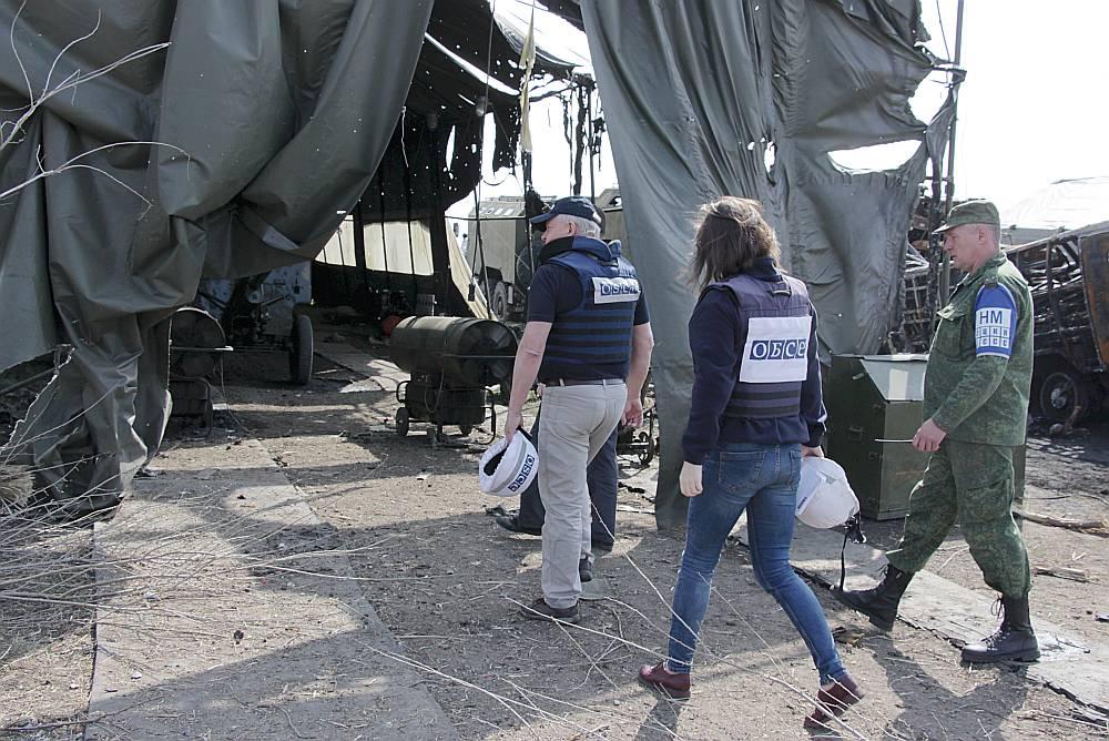 EDSO misijas darbinieki Austrumukrainā patrulē gar abu naidīgo pušu robežlīniju Doņeckas un Luhanskas apkaimē. Viņu uzdevums ir novērot situāciju un ziņot par apšaudēm, kas notiek regulāri.