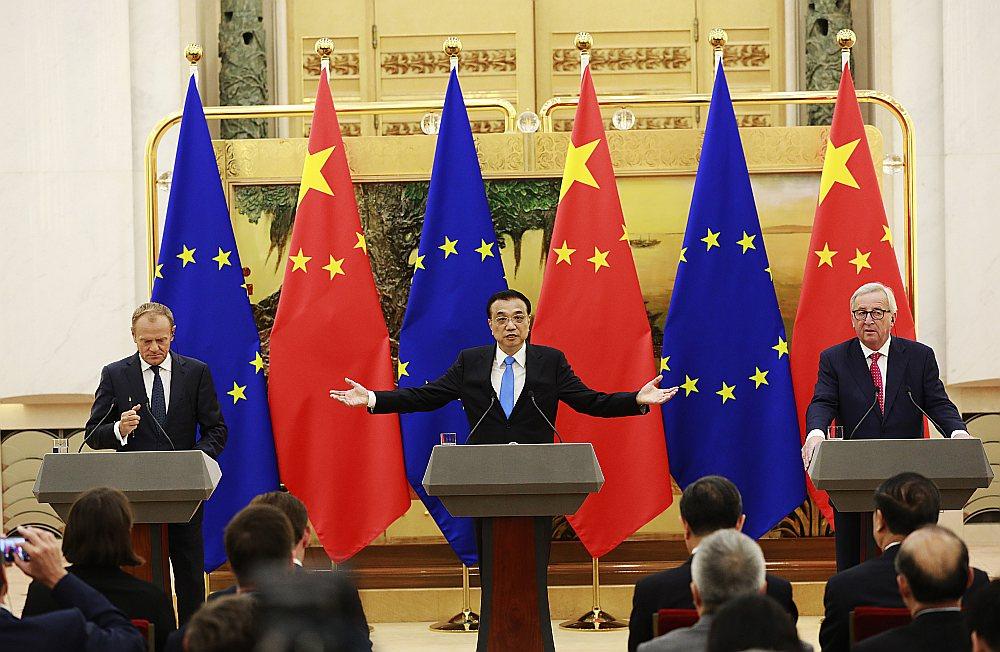 Ķīnas premjerministrs Li Kecjans (centrā), Eiropadomes priekšsēdētājs Donalds Tusks un Eiropas Komisijas priekšsēdētājs Žans Klods Junkers ES un Ķīnas samita preses konferencē Pekinā 16. jūlijā.