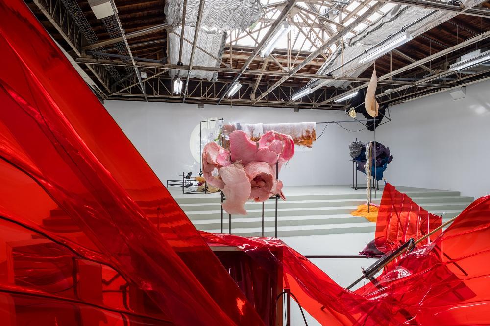 """Daigas Grantiņas instalācija """"Toll"""". Parīzes """"Palaice de Tokyo"""" tā apskatāma līdz 9. septembrim."""