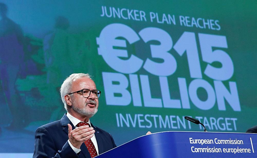 Eiropas Investīciju bankas prezidents Verners Hoijers 18. jūlijā Briselē paziņo par Junkera plāna pārpildi.