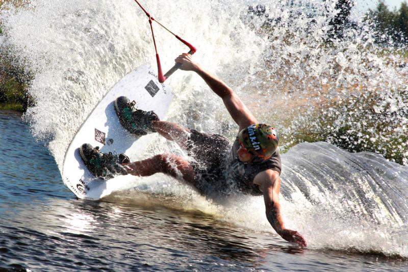 Viļņu vilinājumā – Latvijas Jūras akadēmijas students Ričijs Sinkins. Viņš ir ne vien drosmīgs šo aso sporta veidu cienītājs, bet arī labs treneris – palīdzēs apgūt iemaņas ne vien veikbordā, bet arī snovbordā, ūdensslēpošanā.