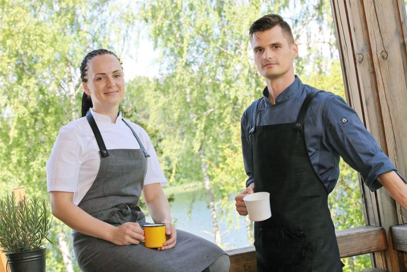 Ina Poliščenko ar draugu un kolēģi Jāni Viļumovu galvaspilsētas vietā izvēlējušies darbu laukos – Amatciema gleznainajā apkārtnē.