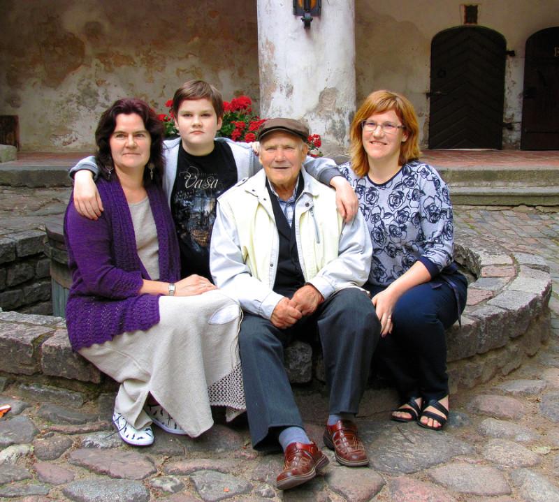 Jaunpils pagalmā pie akas – Mārīte Alksne ar dēlu Emīlu, vectēvs Leons Učelnieks, Kristīne Liepiņa.