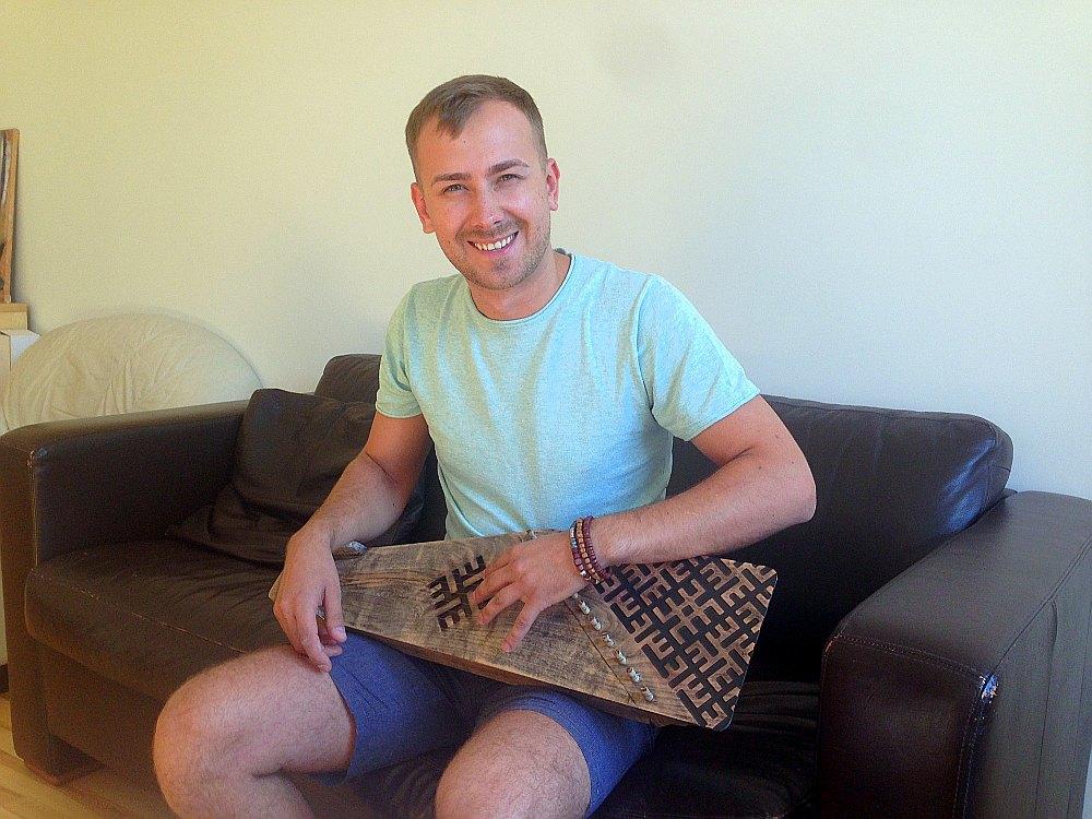 Mārtiņš Petris sameistaroja darbgaldu, uz tā izgatavoja kokli un tagad mācās to spēlēt.
