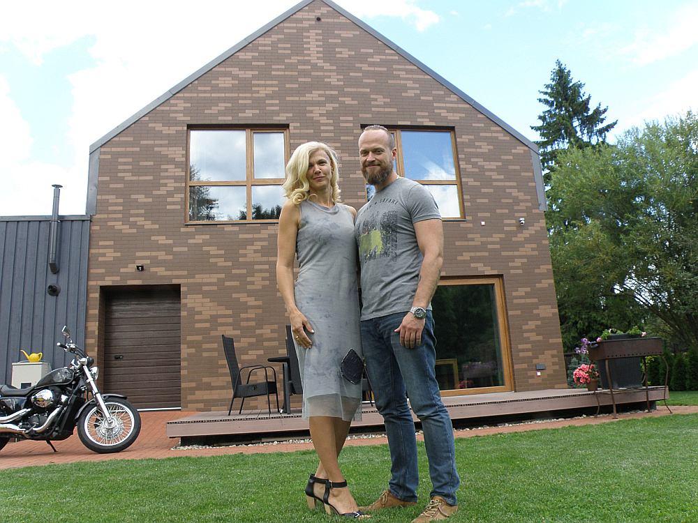 Mājas īpašnieki Evita un Kristians Pudani mājas veidošanā apvienojuši jaunā laikmeta idejas, ilgtspējas manifestu un savu individuālo radošo darbnīcu.