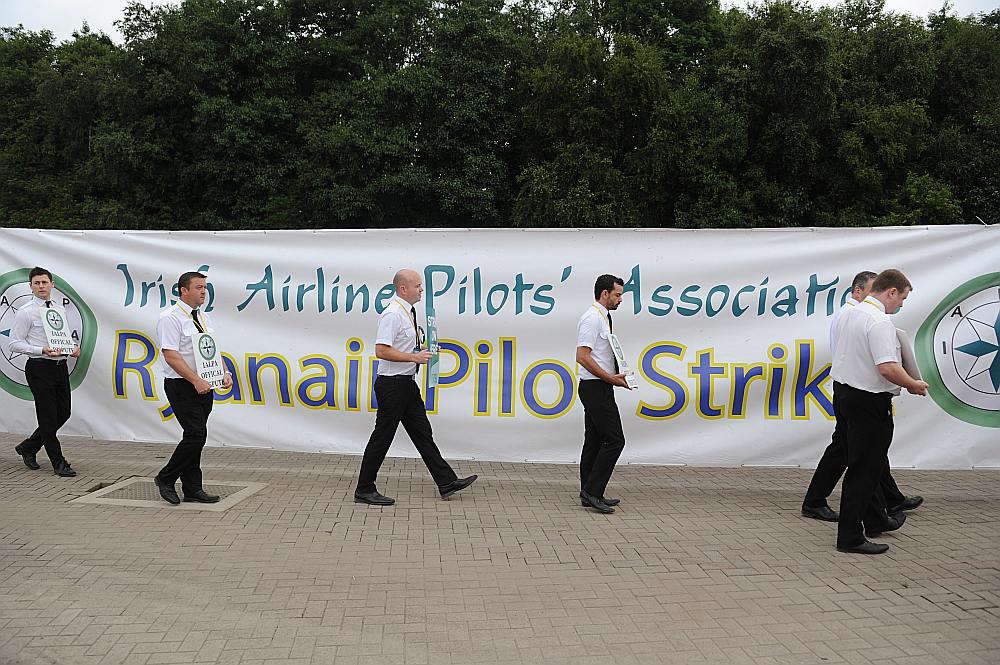 """Īrijas zemo cenu aviokompānijas """"Ryanair"""" piloti streika laikā."""