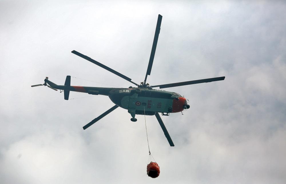 Valdgales mežu un kūdras ugunsgrēka dzēšanas darbos iesaistīti vairāki helikopteri, 19.07.2018.