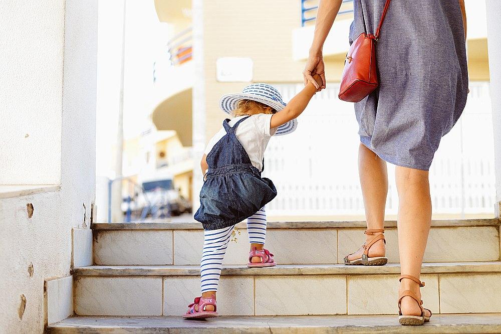Aptuveni 20% bērnu netiek nodrošinātas vietas pašvaldību bērnudārzos, tāpēc kā risinājums tiek piedāvāts aukļu tīkls un privātie bērnudārzi.