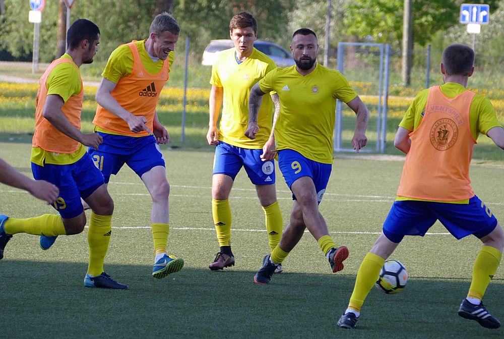 Ventspils futbolisti treniņos rūpīgi gatavojas rītdienas mačam pret Francijas komandu.