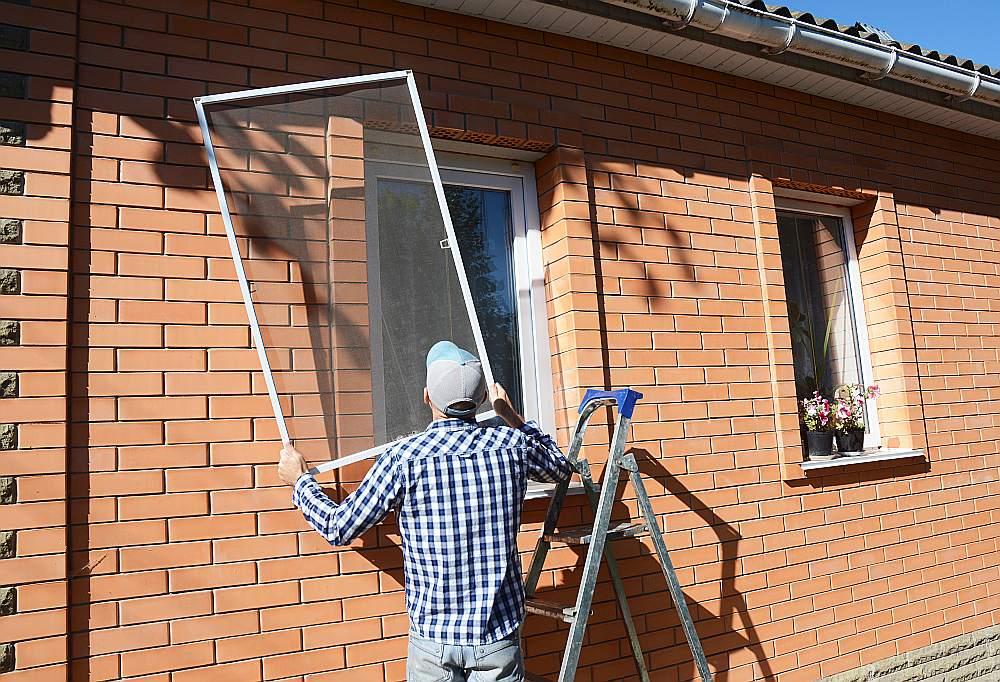 Pēc konkrētiem izmēriem pasūtīta moskītu tīkla rāmja ievietošana logā ir minūtes darbs.