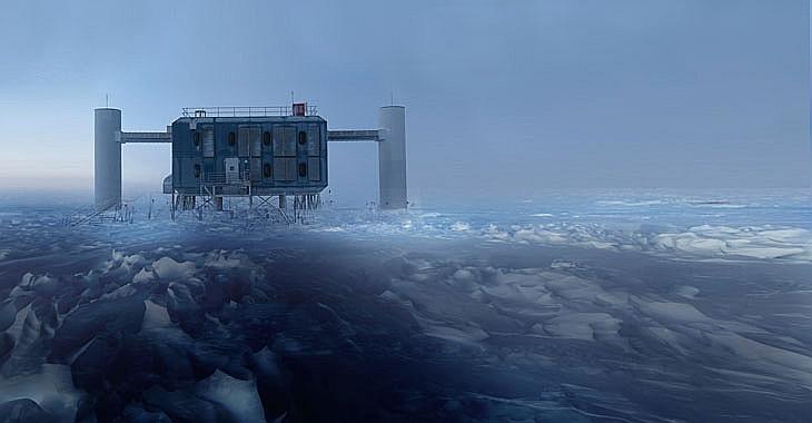 """Daļiņu detektors """"IceCube"""" (attēlā) izmanto Antarktikas ledū iebūvētus sensorus, kas ļauj noteikt augstas enerģijas neitrīno no avotiem, kas atrodas pat ārpus Piena ceļa galaktikas."""