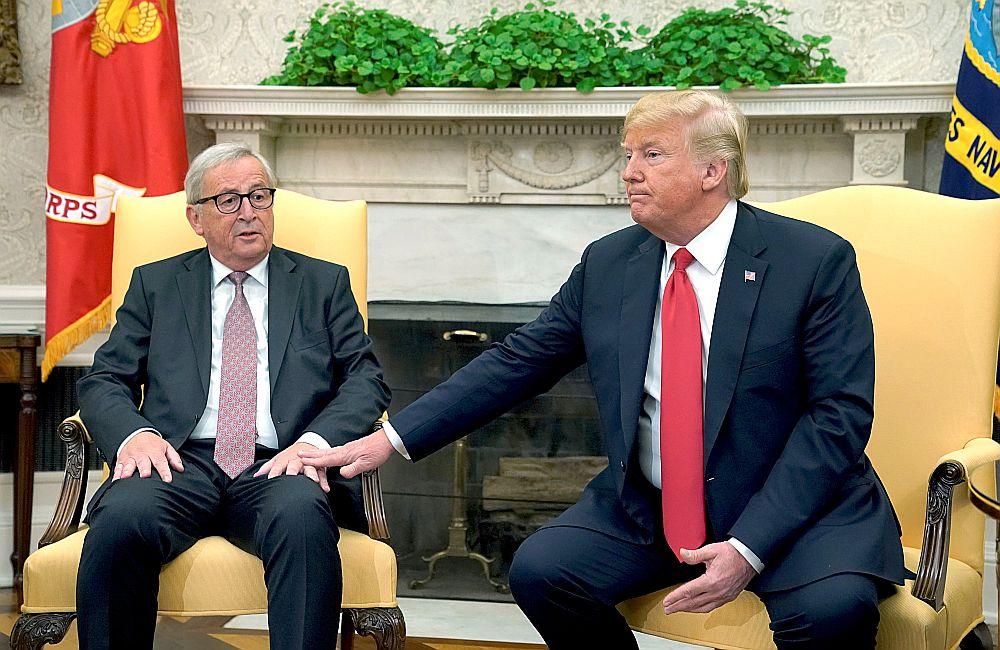 Eiropas Komisijas priekšsēdētājs Žans Klods Junkers (no kreisās) un ASV prezidents Donalds Tramps Baltajā namā.