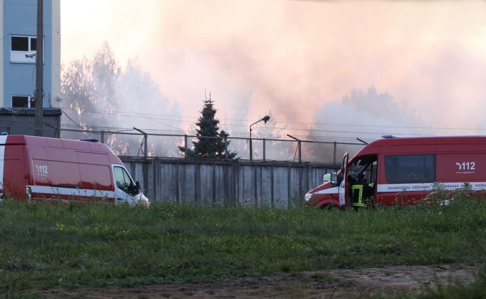 Rīgā, Lubānas ielā aizdegušās koka paletes. Dūmi redzami jau no tālienes, 26.07.2018.