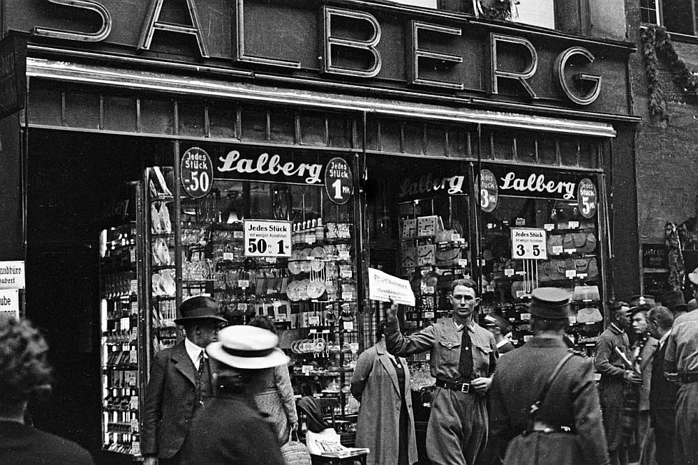 Ebreju veikala bloķēšana Nirnbergā 1935. gadā.