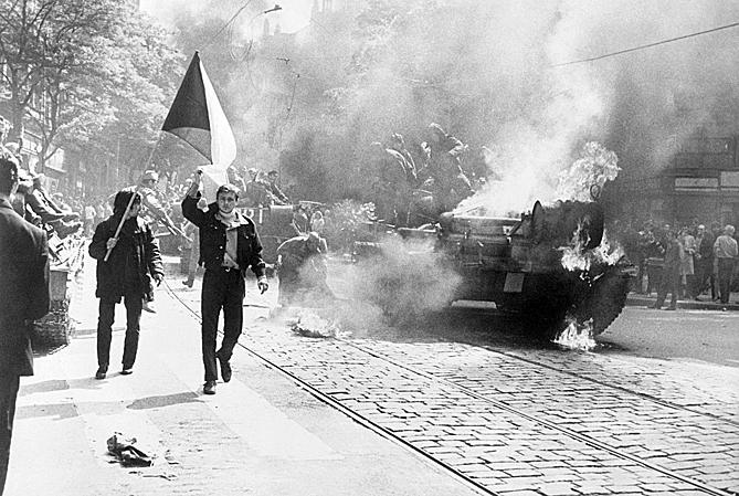 Aizdedzināts padomju tanks Prāgā.