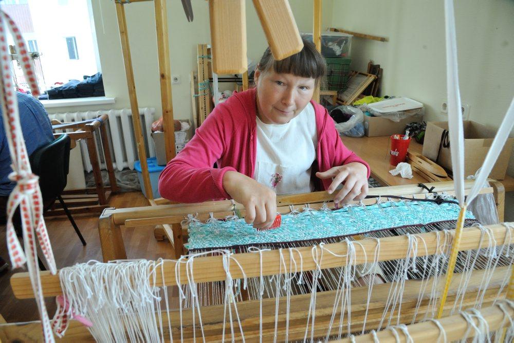 """Biedrības """"Cerību spārni"""" aušanas darbnīcā Naila strādā jau vairākus gadus"""