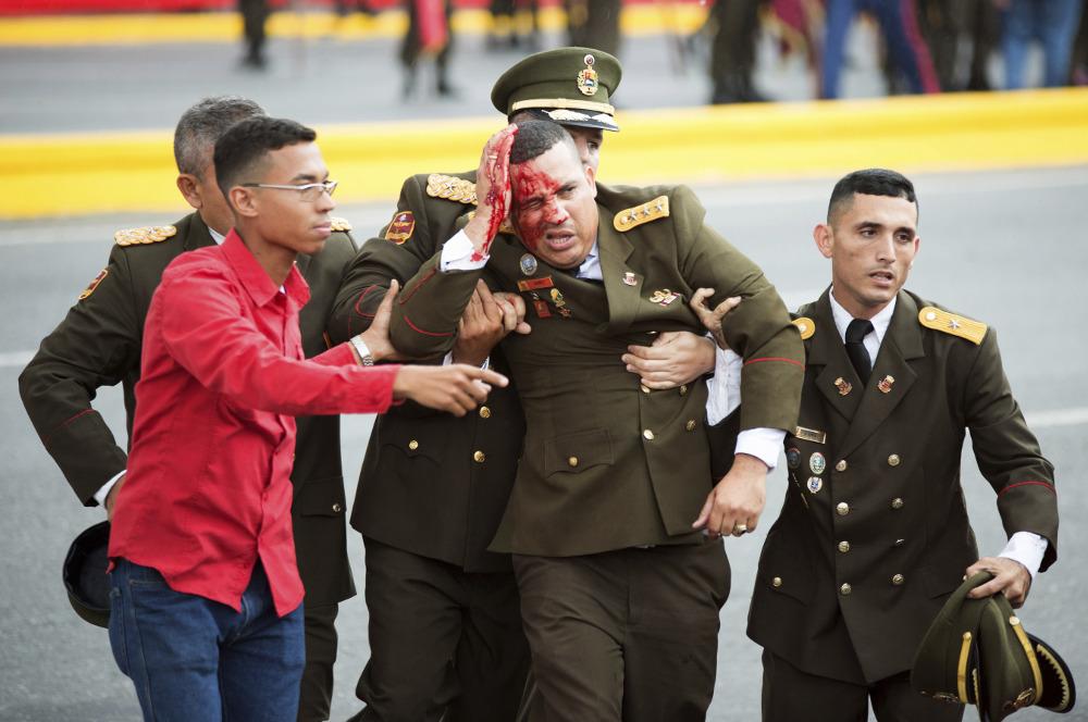 Attēlā redzama Venecuēlas amatpersona formā. Valsts prezidents uzbrukumā nav cietis, apgalvo valdības pārstāvji.