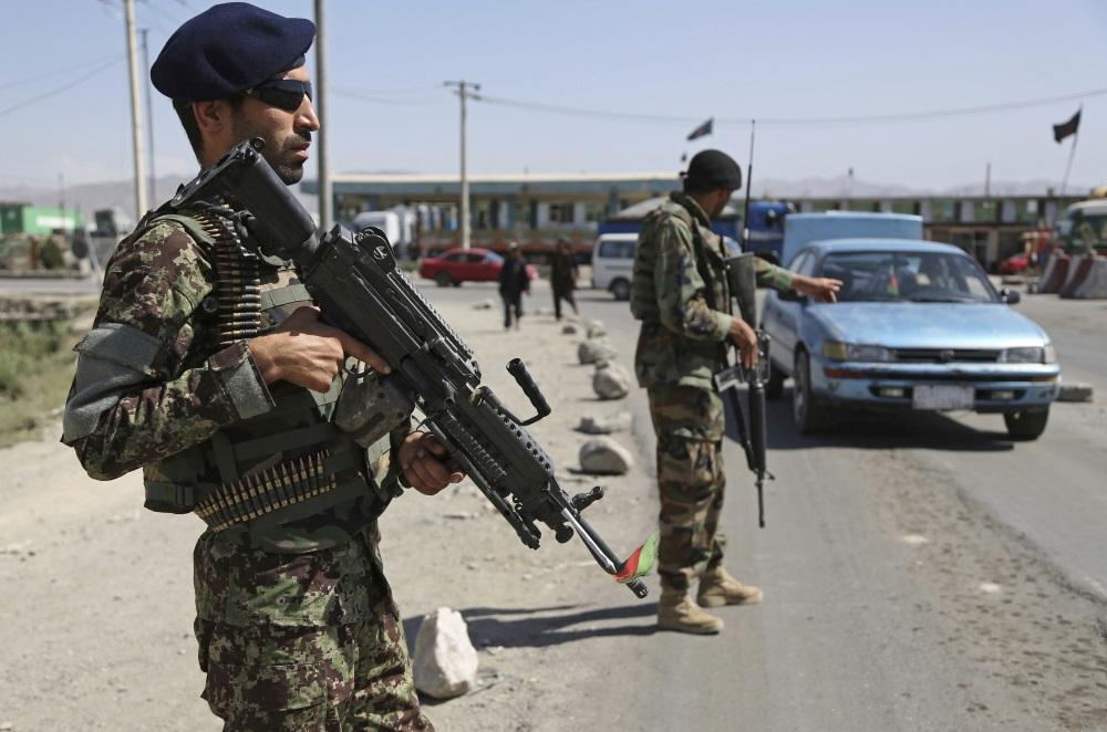 Ilustratīvs foto. Karavīri Afganistānā pie robežas kontrolpunkta.