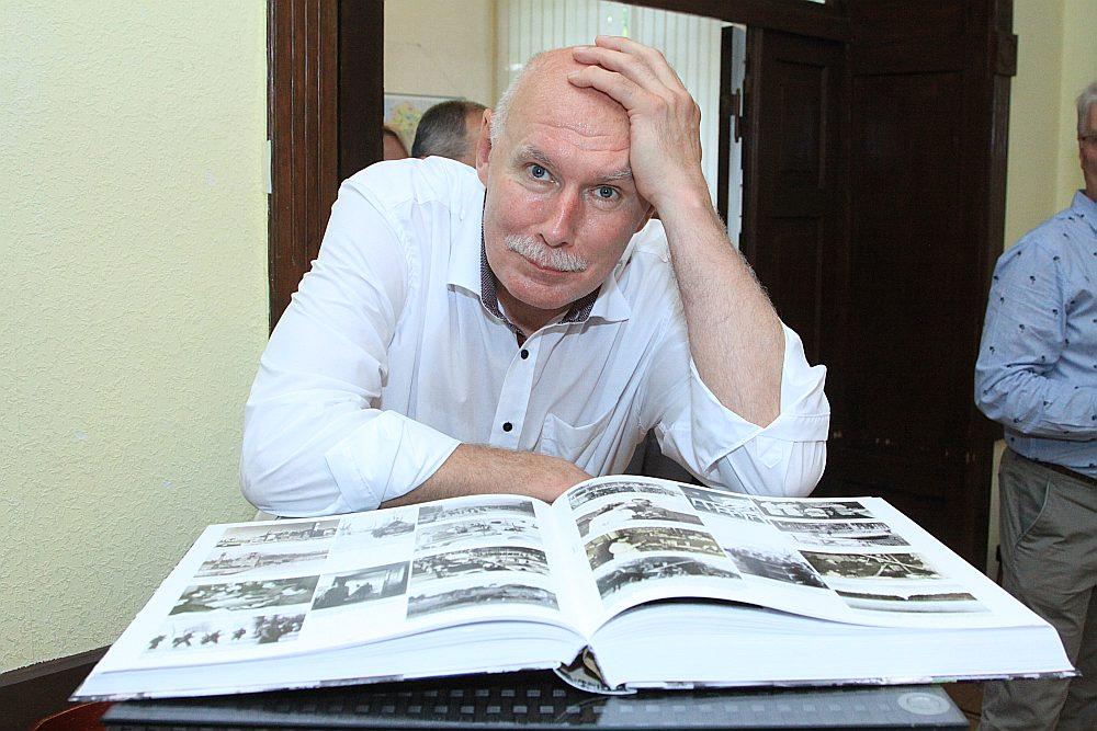 """Grāmata """"Latvijai 100"""" tapusi Latvijas Ārstu biedrības prezidenta Pētera Apiņa vadībā."""
