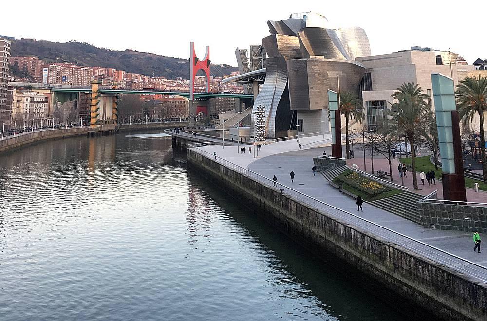 Kopš Gugenheima laikmetīgās mākslas muzeja izveides 1997. gadā Bilbao no panīkušas postindustriālas pilsētas pārtapa par vienu no pasaulē visvairāk iekārotiem tūrisma galamērķiem.