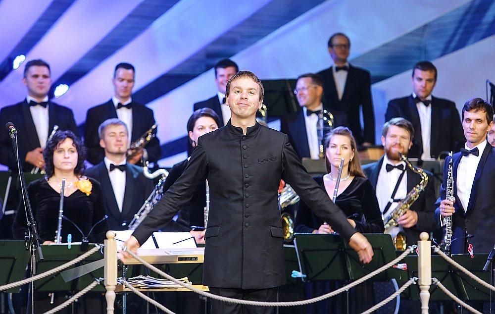 """Orķestris """"Rīga"""", kurš Valda Butāna vadībā jau atskaņojis vairākas nopietnas un kvalitatīvas programmas Rīgas Domā, savu darbību tikpat augstā līmenī turpināja arī šoreiz."""