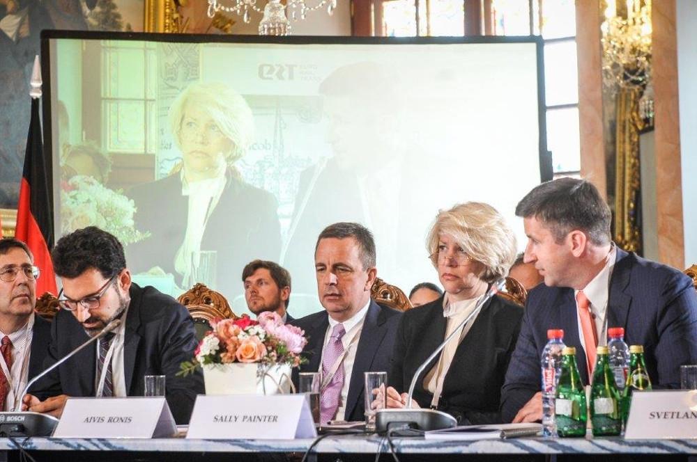 ASV lobiste Sallija Peintere Latvijai palīdzējusi iestāties NATO un ieviest bezvīzu režīmu ar ASV. Vienlaikus viņa lobē Latvijas nerezidentu bankas, kas bijušas iesaistītas naudas atmazgāšanas darījumos. Viņai blakus Baltijas forumā 2017.gadā sēž eksministrs un ABLV bankas padomes loceklis Aivis Ronis, pa labi – Saskaņas premjera kandidāts Vjačeslavs Dombrovskis, tobrīd ABLV finansētās domnīcas Certus vadītājs. Avots: balticforum.org