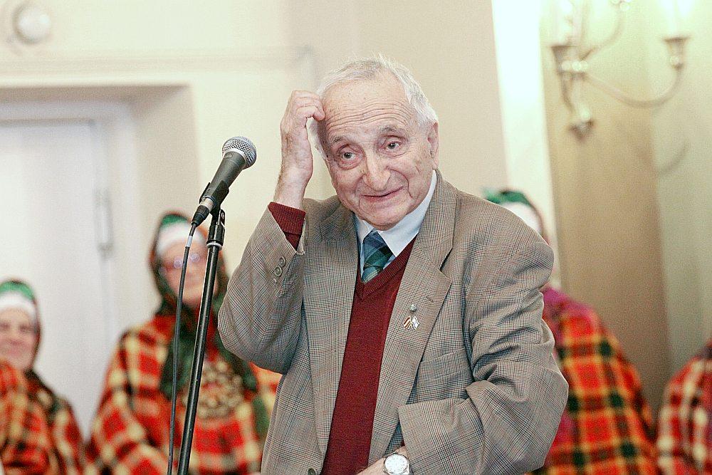 """Franks Gordons savas grāmatas """"Publicistika"""" atvēršanas svētkos Rīgas Latviešu biedrības namā 2011. gada 2. novembrī."""