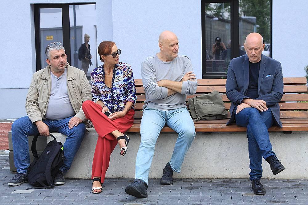 Jaunās sezonas iedvesmoti, pie Jaunā Rīgas teātra ēkas pretī Dzemdību namam apspriežas aktieri Gundars Āboliņš (no kreisās), Regīna Razuma, režisors Uldis Tīrons un JRT mākslinieciskais vadītājs Alvis Hermanis.