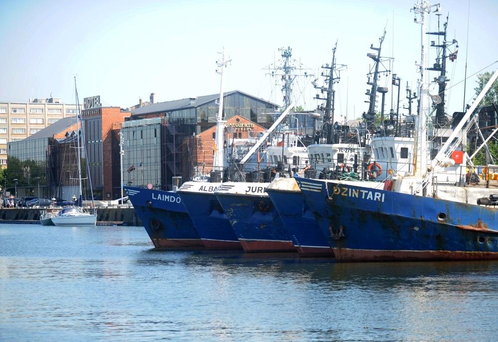 Zvejas kuģi Liepājas ostā, ostmalas promenādē.