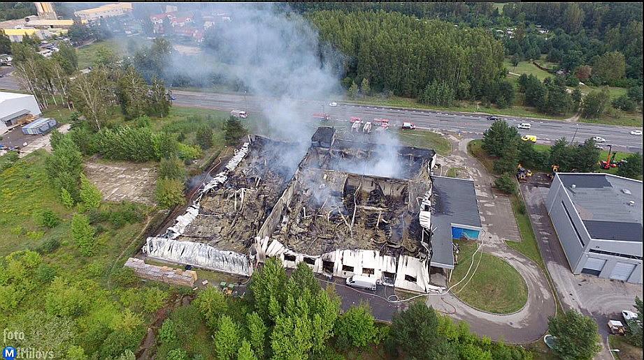 """Ar LTV dronu uzņemtajā attēlā redzams ugunsgrēka nodarītais posts firmai """"MikroTik""""."""
