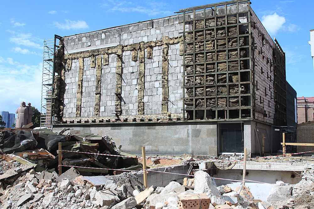 Latvijas Okupācijas muzejs tika atklāts 1993. gadā un tas izvietojās kādreizējā Latviešu Sarkano strēlnieku muzeja ēkā. Latviešu sarkano strēlnieku muzeju atklāja 1970. gadā, bet slēdza deviņdesmito gadu sākumā. Tagad, sākot rekonstrukcijas darbus, aiz noplēstā apšuvuma atklājās, ka ēka tika būvēta sešdesmito gadu beigās.