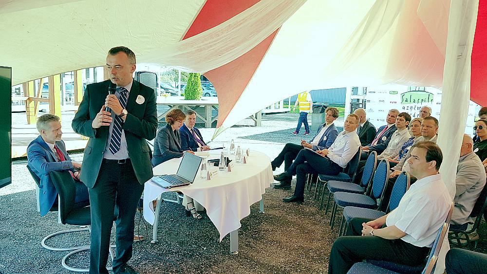 """""""Pierīga jau ilgāku laiku ir ekonomiski veiksmīgākā Latvijas daļa,"""" savā prezentācijā pierāda Pēteris Strautiņš, """"Luminor"""" ekonomists."""