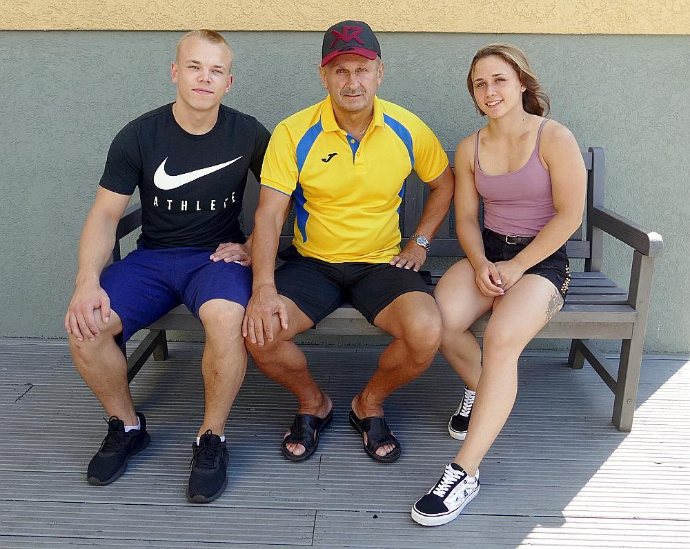 Eduarda Andruškeviča (centrā) audzēkņi Rebeka Koha un Ritvars Suharevs jūlijā kļuva par pasaules U-20 čempioniem.