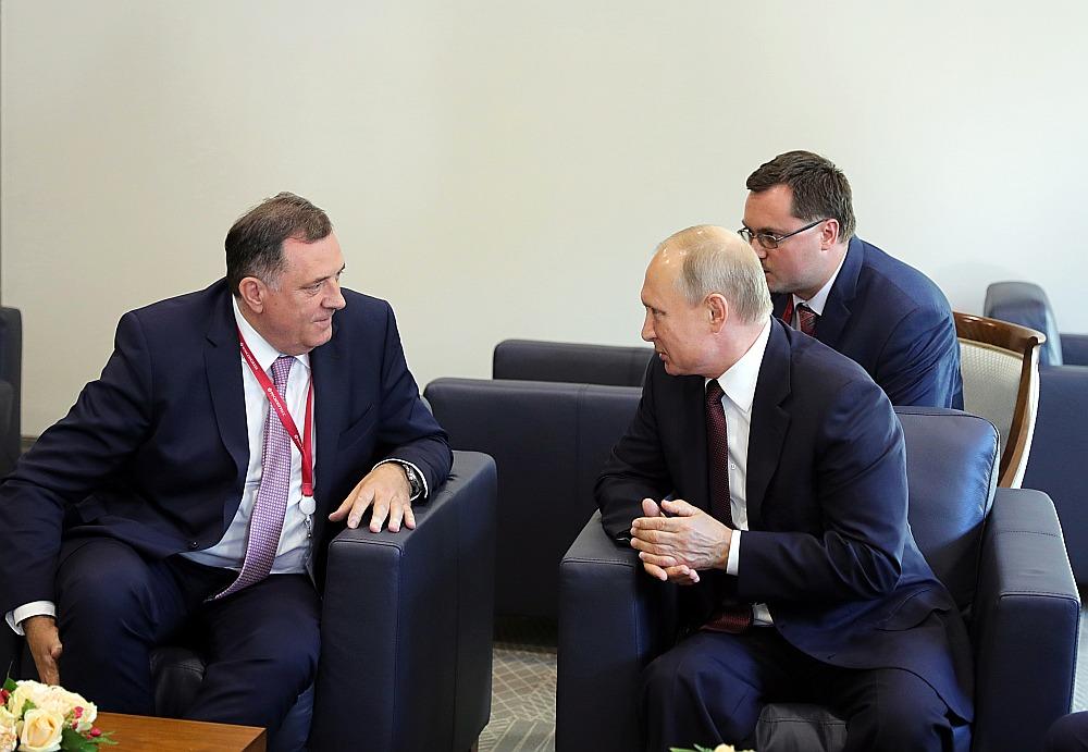 Bosnijas Serbu Republikas prezidents Milorads Dodiks (no kreisās) sarunā ar Krievijas prezidentu Vladimiru Putinu Sanktpēterburgā šā gada maijā.