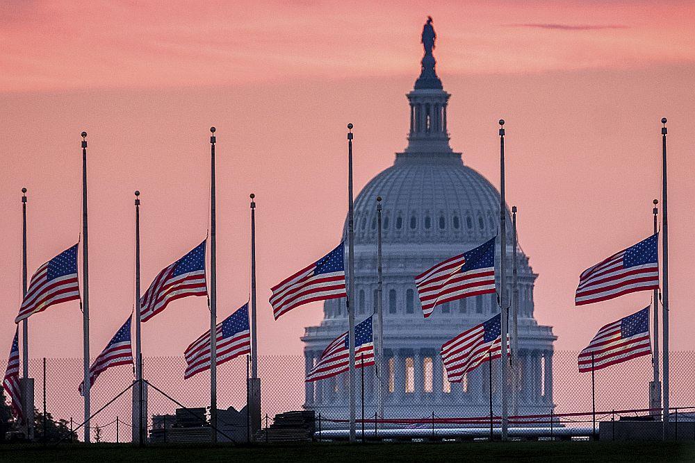 ASV karogi pie Kongresa ēkas Vašingtonā nolaisti pusmastā, sērojot par senatora Džona Makeina nāvi.