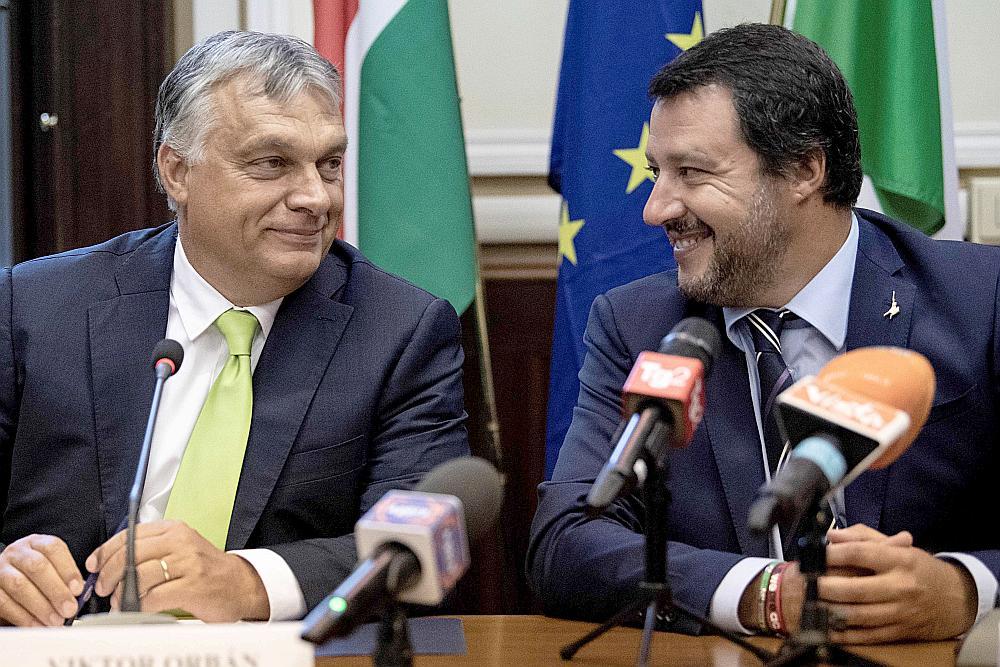"""Itālijas premjerministra vietnieks un iekšlietu ministrs Mateo Salvīni (no labās) pēc sarunām Milānā ar Ungārijas premjerministru Viktoru Orbānu izteicies, ka grib apvienot spēkus ar Orbānu, lai izveidotu """"visspēcīgāko līgu""""."""