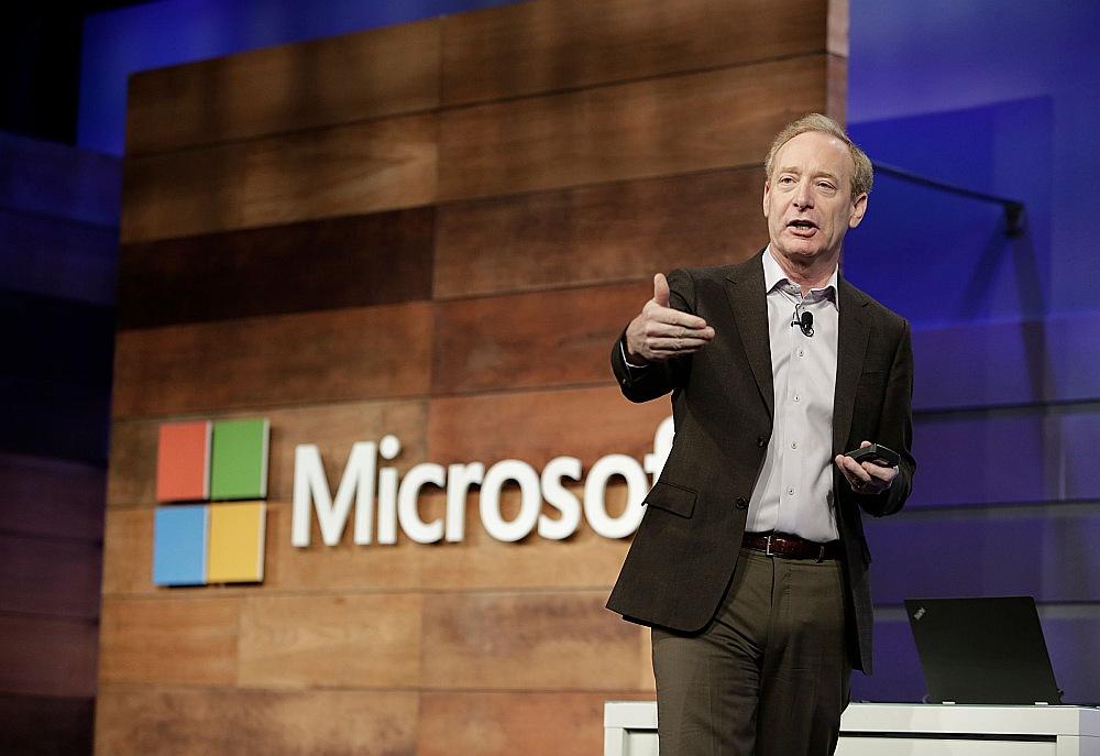 """Datorprogrammatūras firmas """"Microsoft"""" prezidents Breds Smits paziņojis, ka firma piedāvā bezmaksas kiberdrošības aizsardzību visiem ASV politiskajiem kandidātiem, viņu kampaņām un citām politiskajām organizācijām, kas jau lieto """"Office 365"""" programmatūru."""
