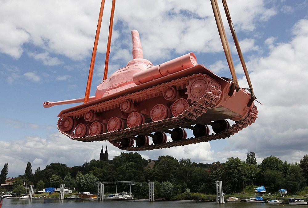 Padomju tanki, kas ieradās Čehoslovākijā 1968. gada augustā, valsti atstāja pēc vairāk nekā divdesmit gadiem. Čehu mākslinieki šo padomju tanku 1991. gadā nokrāsoja rozā krāsā, un tas nonāca militārajā muzejā. Pieminot padomju karaspēka izvešanas gadadienu, tas ticis izvietots Prāgas centrā.