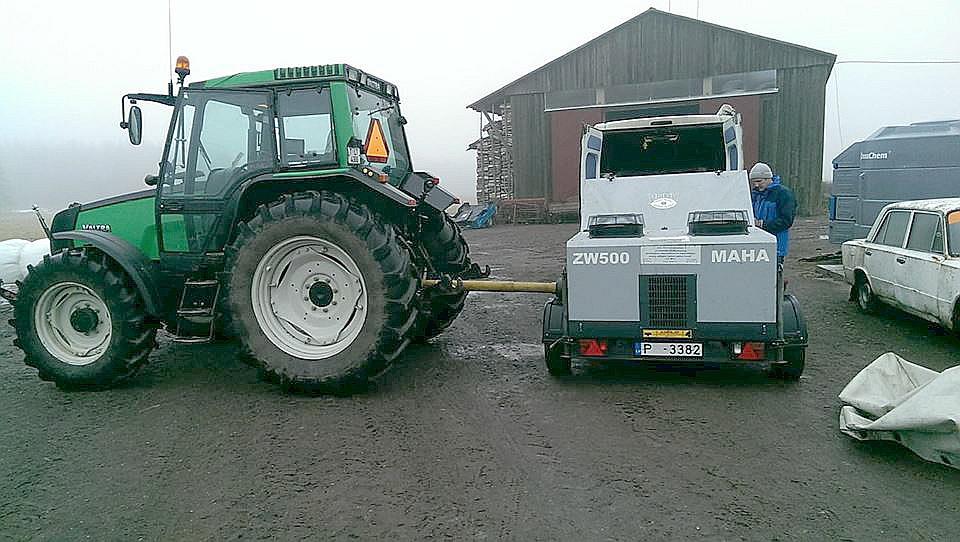 """Nozagtā traktora īpašnieki sociālajā tīklā """"Facebook.com"""" izvietojuši fotogrāfiju un paziņojumus latviešu, angļu un igauņu valodā, aicinot sniegt informāciju, kas palīdzētu traktora atrašanā."""