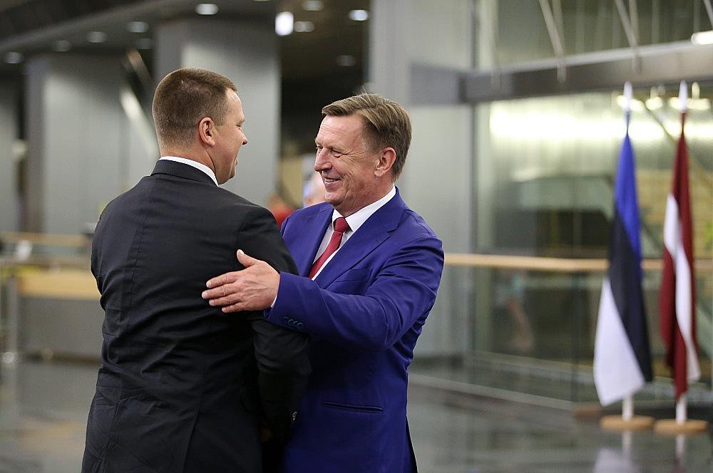 Latvijas Ministru prezidents Māris Kučinskis (no labās) sagaida Igaunijas premjerministru Jiri Ratasu pirms abu valstu valdību kopīgās sanāksmes Latvijas Nacionālajā bibliotēkā.