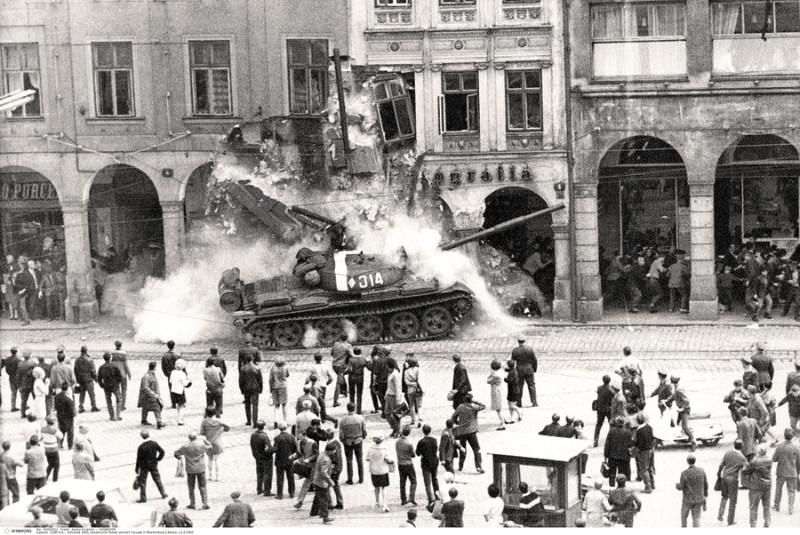 Padomju tanki Prāgas centrā.