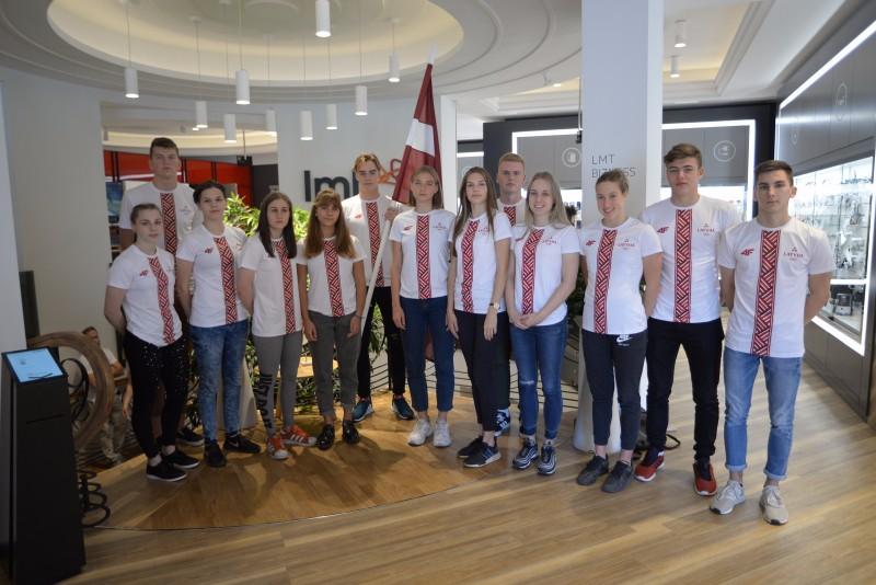Latvijas komandas prezentācijā piedalījās daļa sportistu, centrā karognesējs Didzis Rudavs.