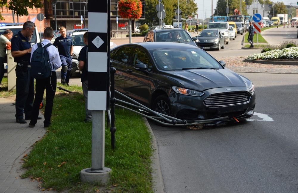 """Liepājā pie koncertzāles """"Lielais dzintars"""" autovadītāja narkotiku reibumā iebrauc barjerā, 07.09.2018."""