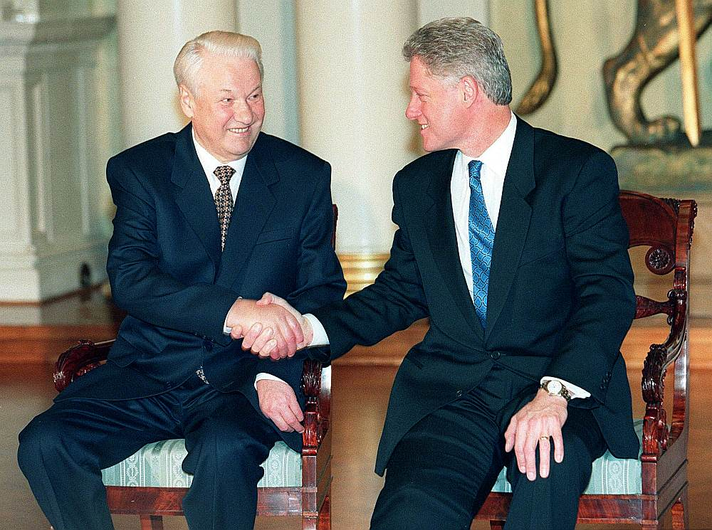 Krievijas prezidentam Borisam Jeļcinam (no kreisās) un ASV prezidentam Bilam Klintonam bija ļoti labas personiskās attiecības, kas veicināja arī kompromisu rašanu politiskajā jomā, taču bija divas jomas, kur kompromiss netika rasts: NATO paplašināšanās un konflikts Balkānos.