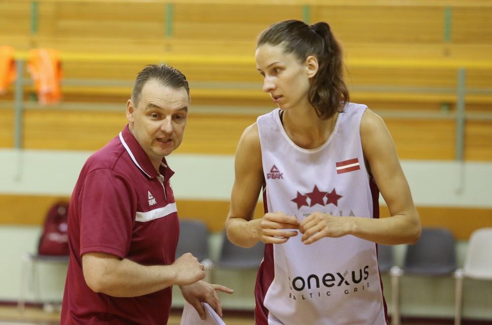 Latvijas sieviešu basketbola valstvienības galvenais treneris Mārtiņš Zībarts treniņa laikā. Arhīva foto.