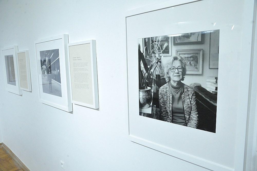 """Intas Rukas personālizstāde """"Atcerēties dzīvi"""" caur personāžu atmiņu labirintiem izved cauri viņu pārdzīvotajam un pieredzei."""
