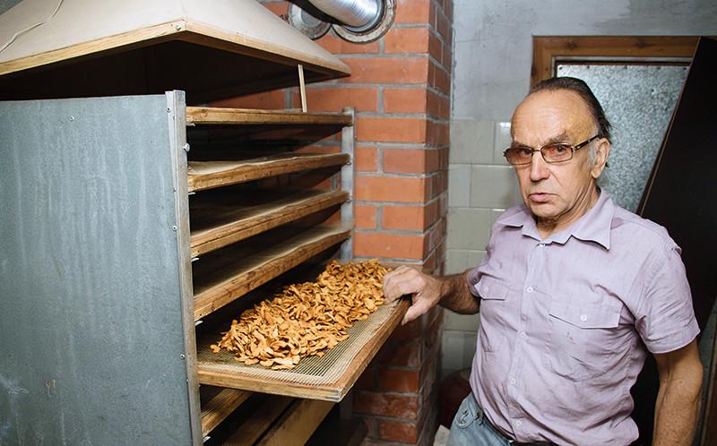 Šajā žāvētavā Jānis Tretjakovs žāvē ne tikai ābolus, bet arī ķirbju sēklas un burkānu skaidiņas.