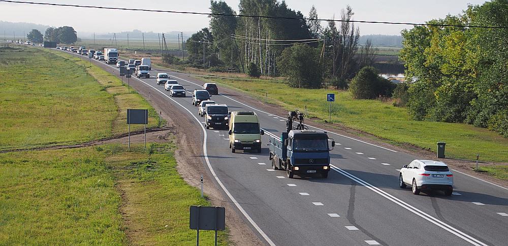 Tipisks rīts uz Rīgas apvedceļa pie Mārupes. Distanču nav, jēdzīgu apdzīšanas iespēju nav. Bet azartiski un bīstami mēģinājumi notiek.