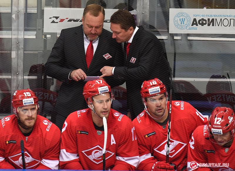 """Mārtiņš Karsums (pirmais no kreisās) un Kaspars Daugaviņš (otrais no labās) uz """"Spartak"""" soliņa."""